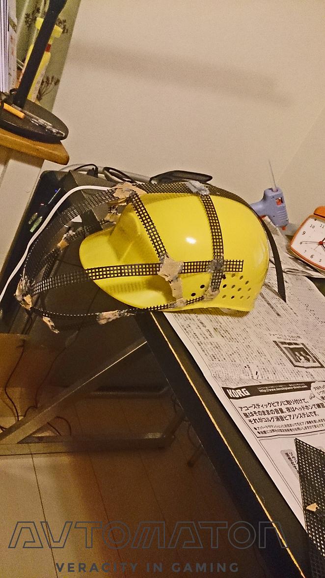 中身。 グルーガンとガムテープを使い、 作業帽に針底ネットを固定します。