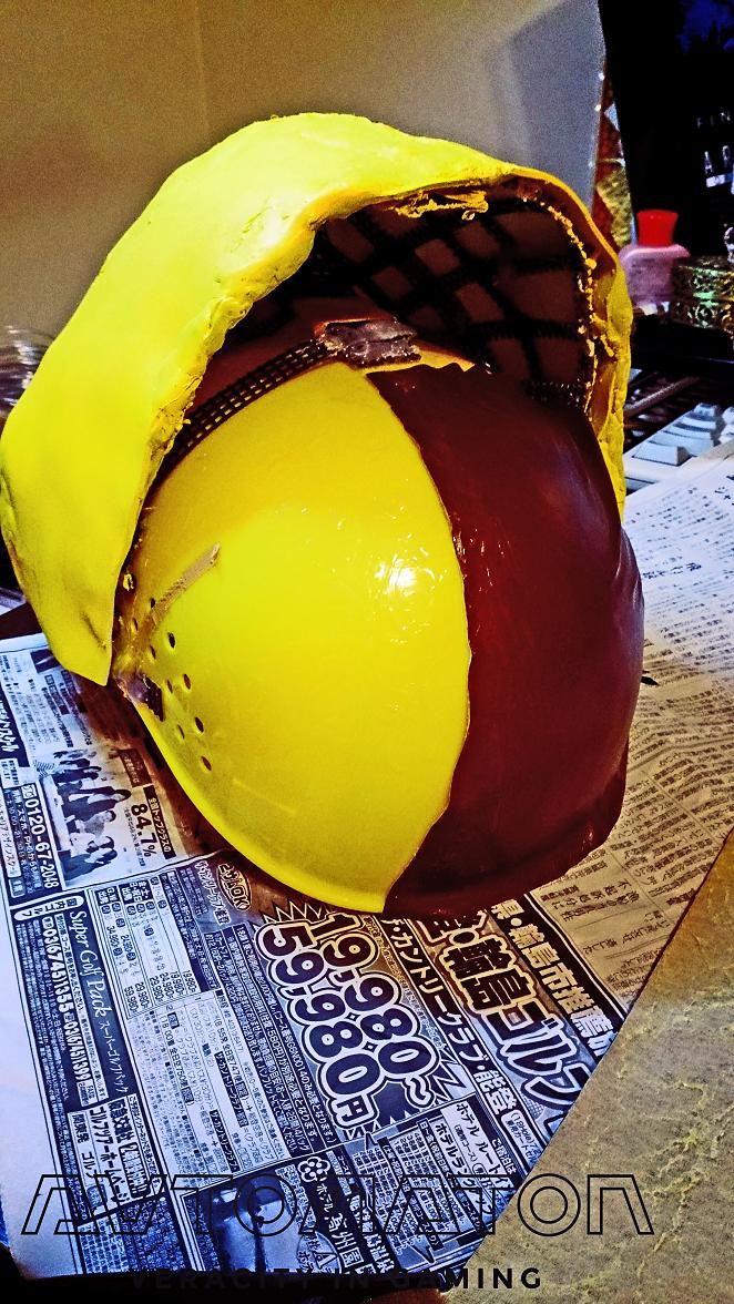 ヘルメット本体後部にG10ポンドで 濃茶色の合否を圧着させます。