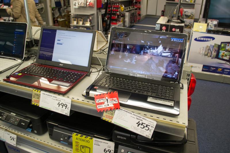 右のラップトップはPackard bellのeasynote。デモは『Call of Duty:Ghosts』ですが、A4 APU でまともに動かせるわけもなく動画でお茶を濁しています。右奥にはやっぱり Samsung。