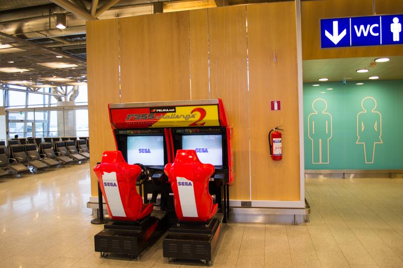 乗り継ぎのフィンランド、ヴァンター国際空港トイレ横でまさかのゲーム機と遭遇。SEGA ロゴを前に「帰ってきた……」と思ってしまいましたが、残念ながらまだ日本まで 8 時間かかります。