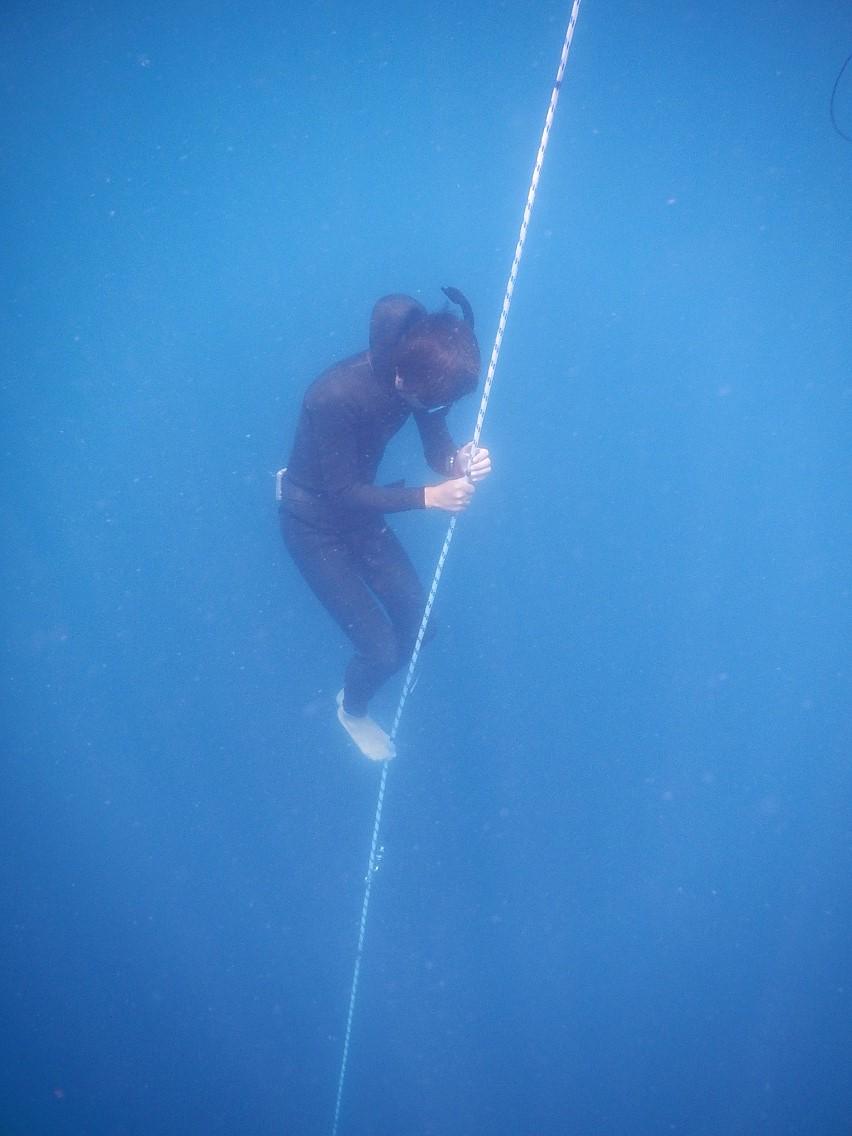 耳抜きの訓練も兼ねた潜行。 じっくりと10mまで潜り、 2分静止したのち浮上します。