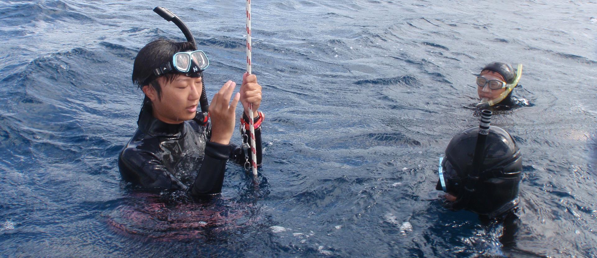 潜水前も浮上後も決められた手続きで安全確認をします。 よほど熟練しないかぎり、この写真のように信頼できる指導者についてもらうべきです。 「川で死なない泳ぎ上手」になるのは至難の業。