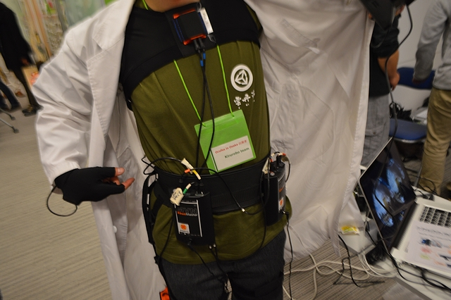 ハッと我に帰って Oculus Rift を外すと、目の前に居るのはモーションキャプチャ装置を付けた男性でした