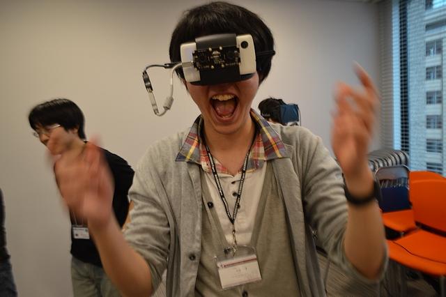 VR の可能性に叫ぶヴァザプライ氏(※ 装着しているのは Oculus Rift ではありません)