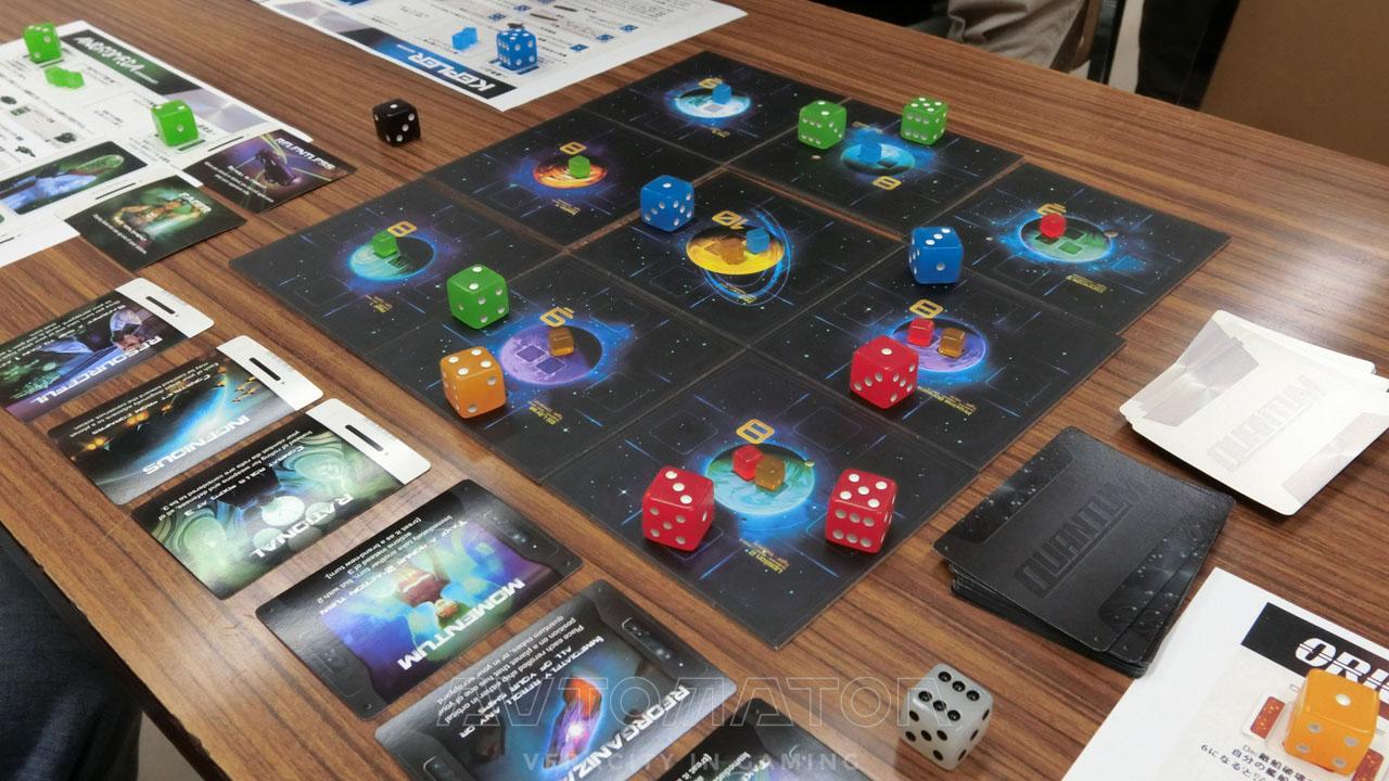 盤面だけでなく、プレイヤーボード上のコンポーネントも、そのターン中に入手できる進歩カードも公開されている。 公開されていない情報は、プレイヤーの頭の中にある戦略と、ダイスを振った出目だけだ。