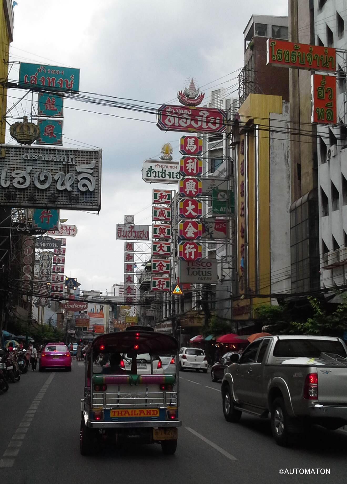 ヤワラー通り。空を埋め尽くすネオン看板が中華街であることを強烈に印象づける