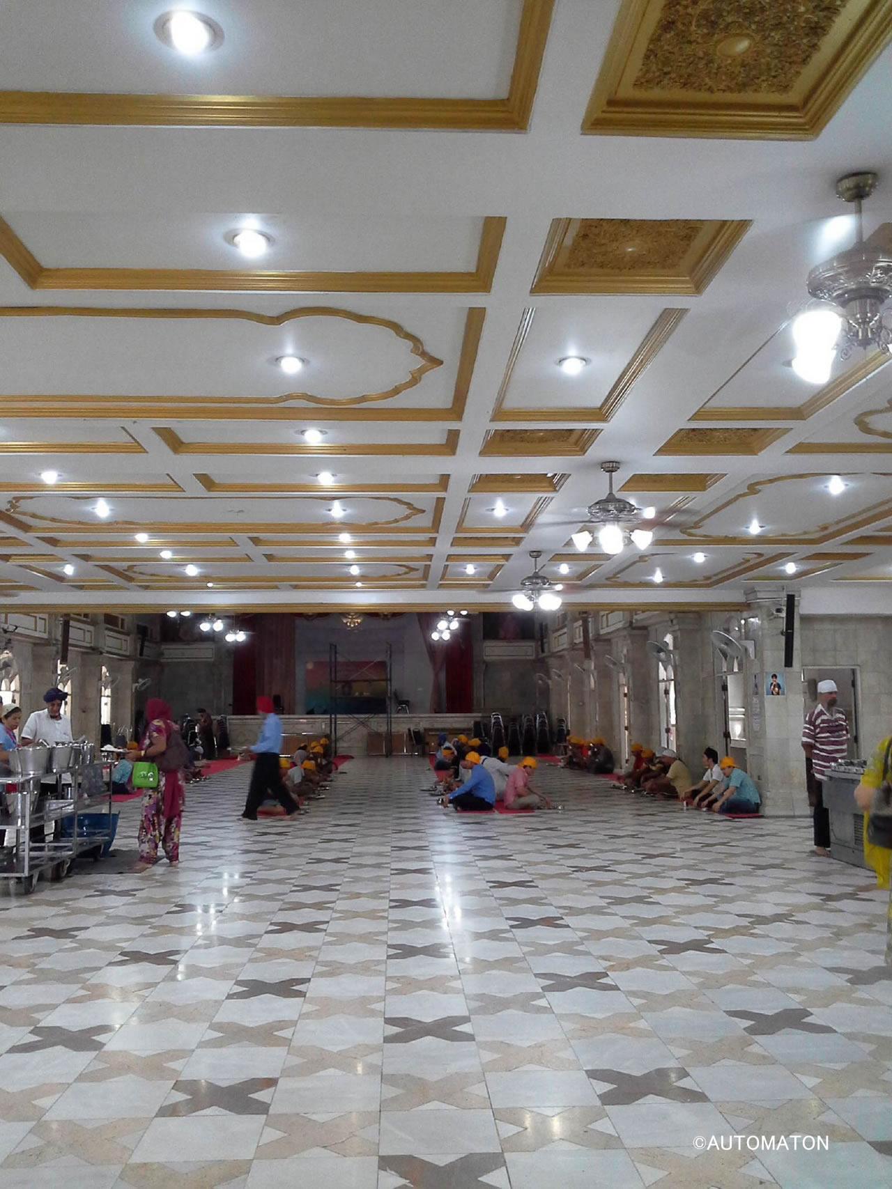 タダ飯寺の食堂。異教徒たちの黄色いバンダナが眩しすぎる光景である