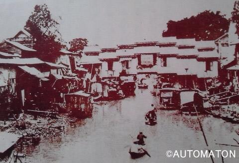 1962年頃のサパーンレック周辺とオンアーン運河。 奥に見える屋根付き橋「ハン橋」は、現在もバラックに囲まれながら健在 (出典:「図説バンコク歴史散歩」友杉孝著/河出書房新社)