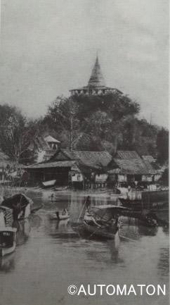 1910年頃のオンアーン運河とマハナーク運河の合流ポイント。奥に見える寺院は人工の丘「プーカオトーン」。サパーンレックとは違い、こちらは現在も風情のある観光名所となっている(出典:「Bangkok Only Yesterday」Steve Vanbeek著/Hongkong Publishing Co,Ltd.)
