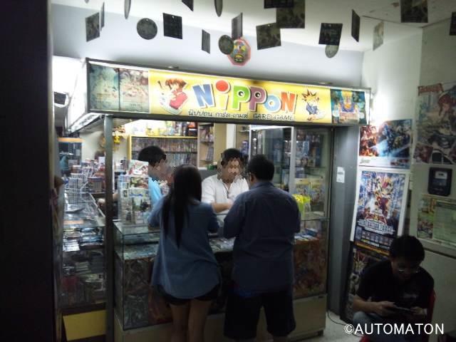 ゲームショップ以外の店も近年は増加中。写真はカードゲーム専門店だが、店名はズバリ「NIPPON」(笑)。日本直輸入のレアカードを求めて今日も客が来る