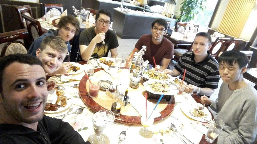 チームメンバーで中華料理ビュッフェへ……Hylissang選手は4皿を平らげたという。 画像出典@UnicornsOfLove