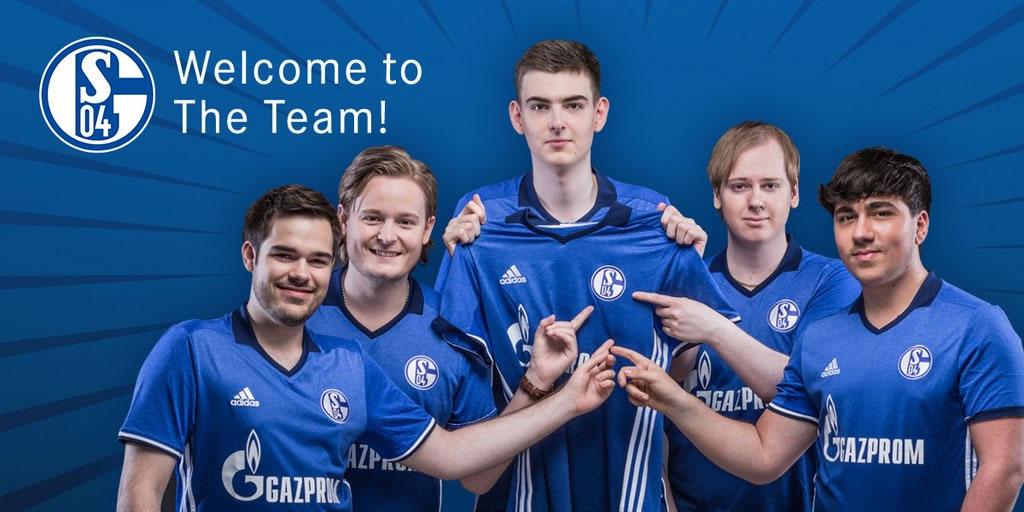 サッカーチームと同じ青いユニフォームをまとう。 画像出典: @S04Esports