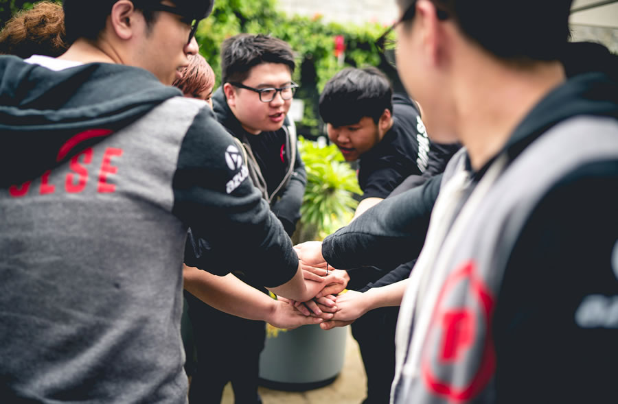 NA LCS Spring Promotion(入れ替え戦)の試合前、円陣を組んで勝利を誓うTIPメンバーたち。 画像出典: Riot esports