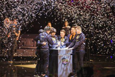 EU LCS Spring Split優勝トロフィーを手にして喜ぶG2のメンバーたち。 画像出典:Riot eSports Flickr