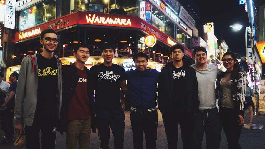 韓国でブートキャンプ中のメンバーたち。中央はオーナーのReginald氏。 画像出典: @TeamSoloMid