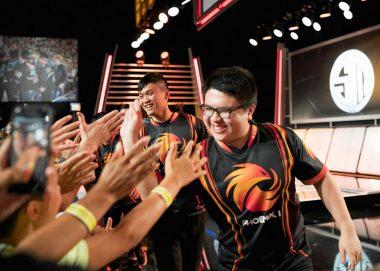 強豪TSMに勝利し笑顔でファンと触れ合うP1の選手たち。彼らはこれまでLCSで燃え尽きていったチームの灰から蘇った不死鳥である。 画像出典: Riot esports Flickr