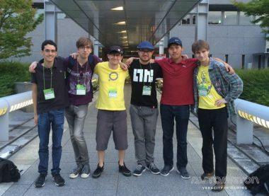 """左からディレクターのGuilherme """"rdein"""" Martins氏、プログラマーのSteven """"PKBT"""" Chai 氏、左から3人目がアニメーターのHernan """"hammu"""" Zhou氏、4人目が作曲の""""Gav""""氏。黄色いTシャツはPLAYISMスタッフ。"""