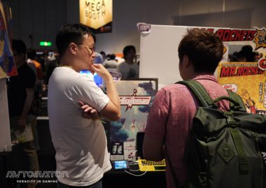 プレイヤーと真剣に話し込む大橋伸乃介氏。生の声が得られるのもBitSummitの魅力。