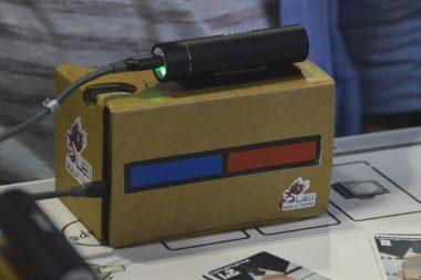 今回の展示ではVR機器としてGoogle CardBoardとスマートフォンが使用されていた。何かのセンサーに見えるように据え付けられたモバイルブースターの工夫が光る