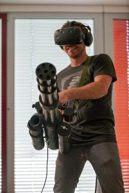 『Serious Sam VR』専用コントローラーで遊ぶ姿。VRゲームを遊ぶ姿の範疇を超える。
