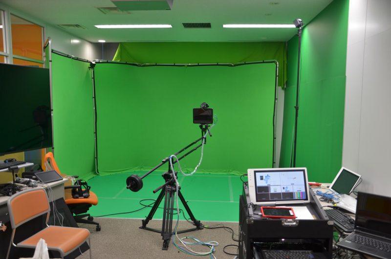 会議室がまるごとVRゲーム用の開発スペースとなっていた。