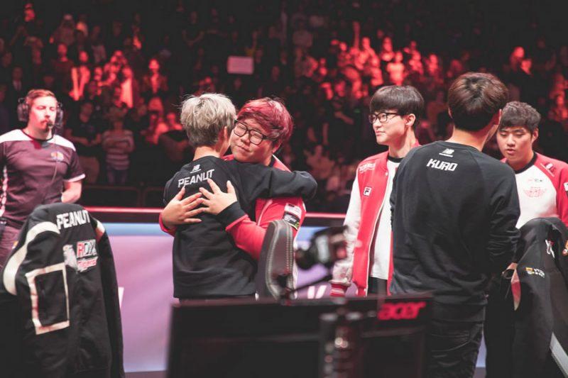 戦いを終えて抱擁しあうSKTとROXのメンバーたち。長い間ライバルチームと見なされてきた韓国のトップ2。実質的な決勝戦といっても過言ではない、ハイレベルな試合を見せてくれた。画像出典: Riot eSports Flickr