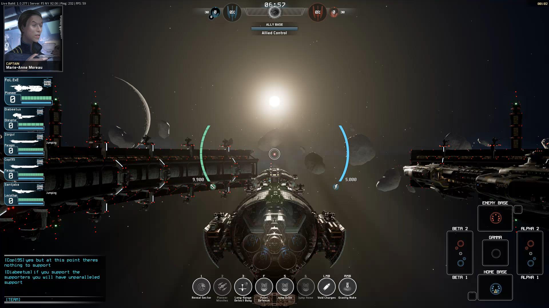 ゲーム画面。通常時は三人称視点で、画面下部の宇宙戦艦を操作する。フライトシムとちがいロールはなく、上下移動でも船首が若干傾くだけ。船体は水平を維持し、カメラの上下が逆になることはない。