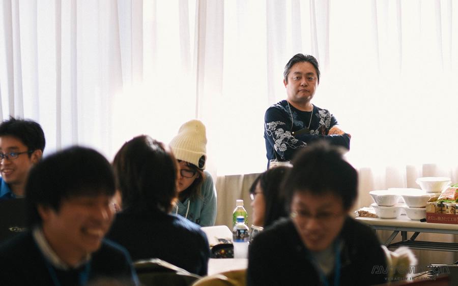 見守る西川氏。