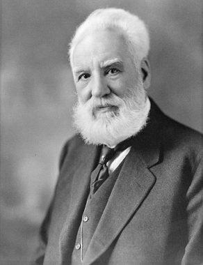 電話を発明したとされる、アレクサンダー・グラハム・ベル近影。身につけている服装は、作品に登場する白髪の男性のものとよく似ている。